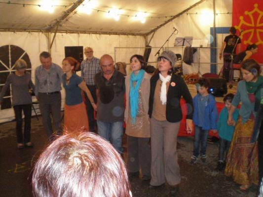 Cierp2013 :Taï Cosi en piste pour chanter et mener un branle en chaîne
